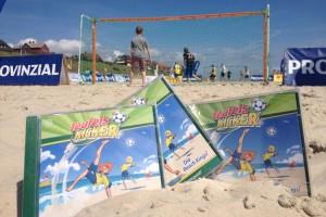 Als Kulisse dient das diesjährige Beach Soccer Tunier, was gerade am Wochenende statt fand