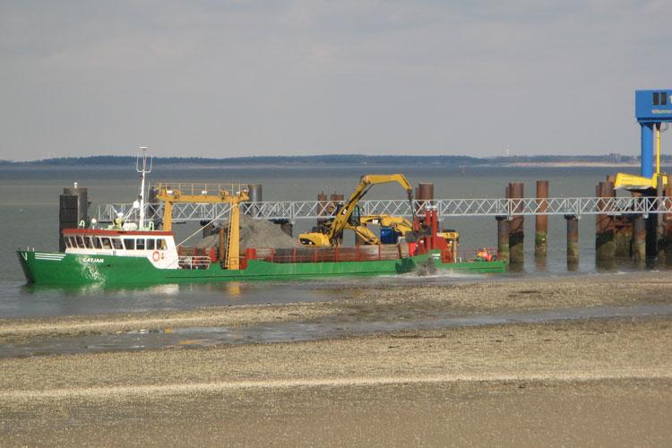 Die Catjan musste im März das Baggergut im Hafenbereich abladen.
