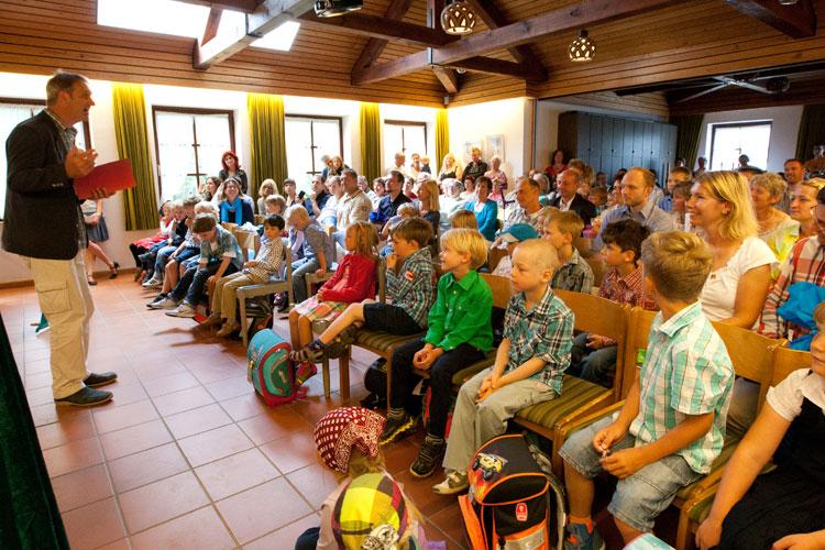 Schulleiter Jörn Tadsen begrüßte die Erstklässler
