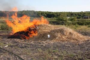 Wie von Geisterhand gesteuert brannte der Haufen nur auf der nicht präparierten Seite.