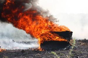 Diese brennenden Reifen wurden mit einer Kübelspritze gelöscht...