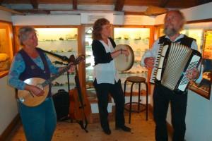 Birgit Sokollek begleitet mit eigener Band die Ausstellung...