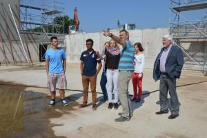 Schulleiter Jörn Tadsen mit einigen Schülern und Kurt Tönnissen auf der Baustelle...