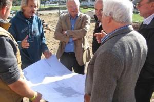 Bürgermeister, Gemeindevertreter, Architekt und Handwerker in Gespräch...