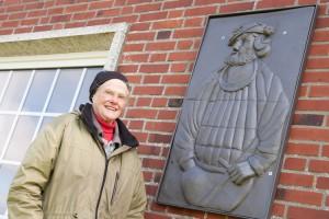 Karin Hertz vor dem gerade angebrachten Störtebeker Reliefs in Norddorf...