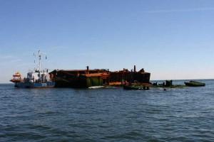 Ein Behördenschiff ist längsseits gegangen um das Wrack zu inspizieren...
