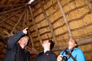 Amrumer Zimmermänner begutachten die Holzkonstruktion