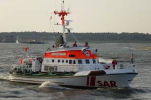 """Seenotkreuzer """"VORMANN LEISS"""" nahm einen Rettungssanitäter und eine Ärztin an Bord."""