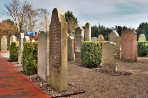 Erstrahlen in neuem Glanz: Die Sprechenden Grabsteine auf dem Nebeler St. Clemens Kirchhof