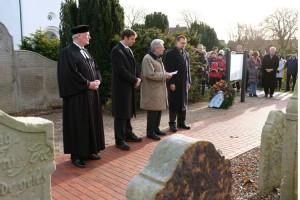 Pastor Georg Hildebrandt mit Bürgermeistern bzw. Vertretern der Insel...