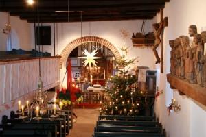 Die St.Clemens Kirche ist feierlich geschmückt zum Heiligen Abend