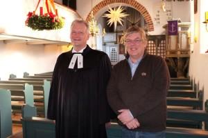 Pastor Georg Hildebrandt mit dem Vorsitzenden des Kirchengemeinderates Hans-Peter Traulsen