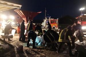 Die freiwillige Feuerwehr befüllt Sandsäcke