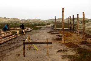 Die Zimmerer Urs Bissegger und Thomas Schmidt beim Vorbereiten der Holzpfähle