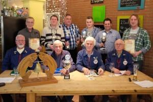 Vorstand des Amrumer Angelvereins mit Geehrten und Pokalträgern