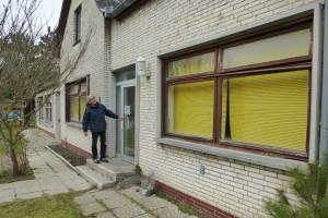 Wittdüns Bürgermeister Jürgen Junclaus wirft einen letzten Blick auf das Gebäude...