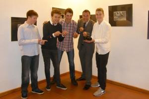 Freuen Sich über die neue Kamera... Lehrer Sven Sturm mit einigen Schülern des Wahlpflichtkurses...