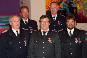 Brandschutzehrenzeichen am Bande für :v.l.n.r: Jürgen Rzepa, Ralf Wolf, Volker Langfeld, Jan Behrens und Uwe Kümmel