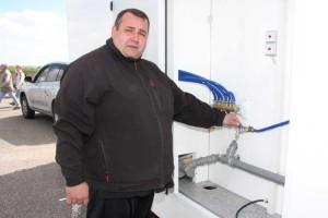 Oliver Heckel zeigt den Anschlußraum für Wasser und Strom