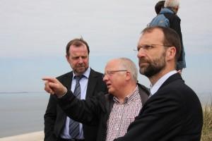 Dietmar Wienholdt, Peter Koßmann und Dr. Johannes Oelerich erötern die Lage vor Ban Horn
