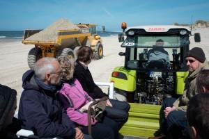 Wenn man schon mal Politiker vom Festland da hat... Besichtigung der Sandarbeiten bei Ban Horn