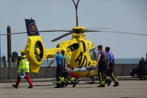 Primärpatienten werden von der Feuerwehr zum Rettungshubschrauber gebracht