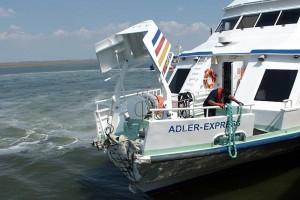 Stellt man sich die hochgestellte Bugklappe unten vor, sieht man,  um wie viel das Schiff kürzer geworden ist...