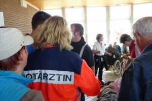 Notärztliche Versorgung der Verletzten im Warteraum des W.D.R. Gebäudes