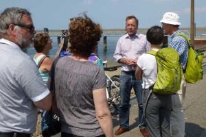 Reeder Sven Paulsen informiert die gestrandeten Passagiere