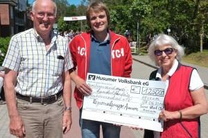 Rotary Husum und Inner Wheel Club Husum überreichten Uwe Köhler insgesamt 2250 Euro