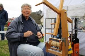 Die ehemalige Lehrerin Rita Zemke hat bei einem Waldorfseminar Spinnen als Hobby entdeckt