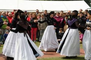 Die Amrumer Trachtengruppe bekam viel Applaus für ihre schönen Tänze in schöner alter Tracht