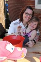 Auch der Nachwuchs hilft schon beim Losverkauf: Ortswehrführerin Claudia Motzke mit ihrer Jüngsten