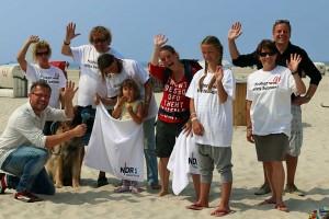 Torsten Creuzburg vom NDR  (li) und Frank Timpe von der AmrumTouristik (re) freuen sich mit Stammgästen vom Nebeler Strand