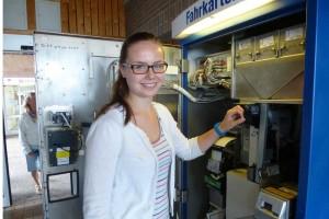 Sina von der Weppen (R 8 )sorgt für frisches Wechselgeld im WDR Fahrkartenautomat in Wittdün.