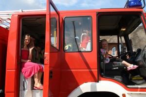 Hoch auf dem roten Wagen: mit Tatütata durchs Dorf...