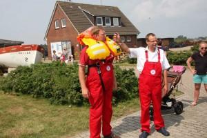 Rettungsmann Lars Jensen und Vormann Sven Witzke demonstrieren die Funktion der Rettungsweste.