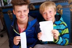 Jonas und Justus mit ihren Botschaften aus der Flaschenpost