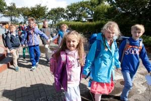 Hand in Hand brachten die Schüler der G4 die Erstklässler in die Öömrang Skuul