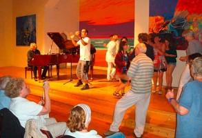 Teile des Publikums tanzte gleich auf der Bühne mit... mehr geht nicht!