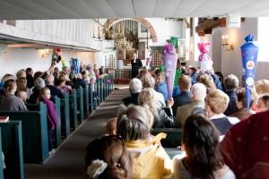 Pastor Georg Hildebrandt freute sich über die bunten Schultüten in den Reihen