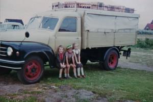 Tins Kinder mit einem der ersten Transporter des Amrumer Bierverlags 1964