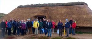 Mitglieder von Öömrang Ferian und Ferring Stiftung am Eisenzeitlichen Haus