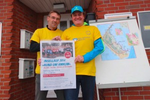 Michael Hoff und Andreas Buzalla präsentieren das Plakat...