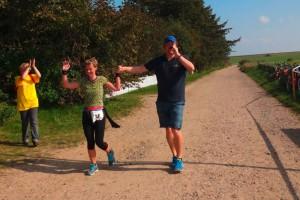Tradition auf Amrum ...und auch die letzte Läuferin wird ins Ziel begleitet...