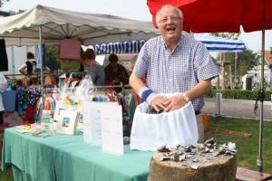 Norddorfs Bürgermeister Peter Kossmann mit seinen Tombola-Miesmuscheln