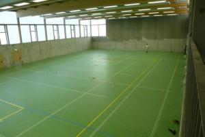Der neue Hallenboden liegt und hat bereits die meisten  Spielfeldeinteilungen aufgebracht bekommen
