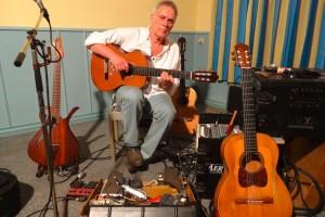 Martin C. Herberg mit seinen Gitarren...