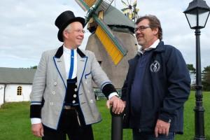 Rolandbruder Zimmermeister Mario Bruns und Vorstandvorsitzender des Mühlenvereins Volker Langfeld