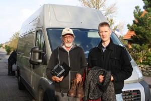 Lasst uns den Wagen mit nützlichen Dingen vollmachen:Spendenfahrer Hans-Werner Godejohann (links) und Initiator Thore Blome